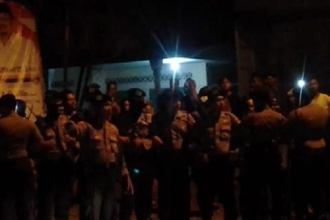 Dihadang Warga, Logistik Tumpang Pitu Lewat Dengan Pengawalan Polisi