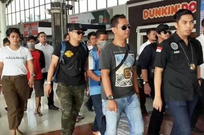 Para Tersangka Penyelundupan Tiga Tas Sabu Tiba di Bandara Soetta