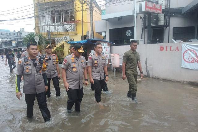 Kapolres Metro Jakpus dampingi Kapolda Metro Jaya Pantau Banjir