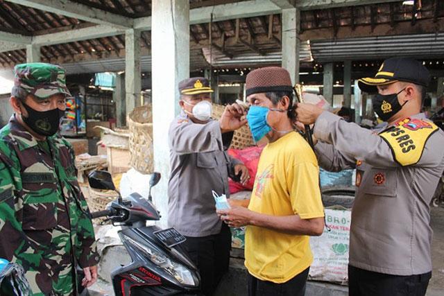 Ribuan Masker Dibagikan Polres Kebumen Secara Serentak